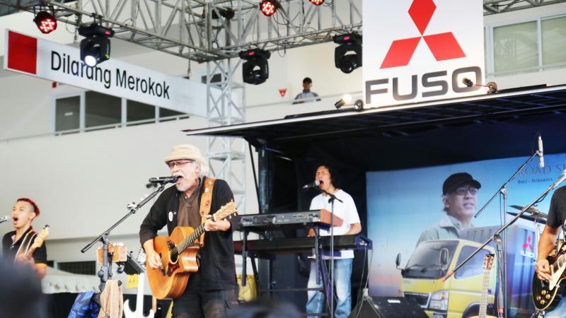 Iwan Fals tampil di atas truk Mitsubishi Fuso di Serang. (foto : Mits)