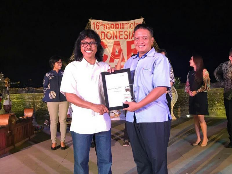 Ardhi Marohan dari MobilMotor serahin penghargaan ICOTY kepada Suzuki. (foto: Suzuki).