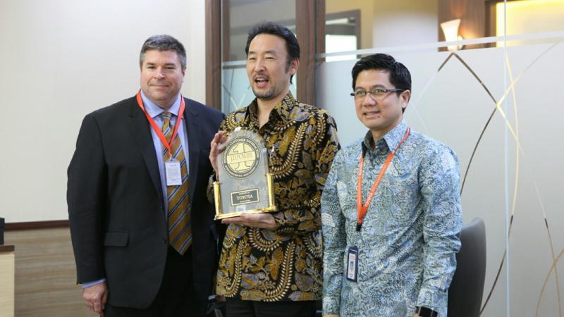Presdir TAM, Yoshihiro Nakata (tengah) dengan penghargaan dari JD Power. (foto : mat)