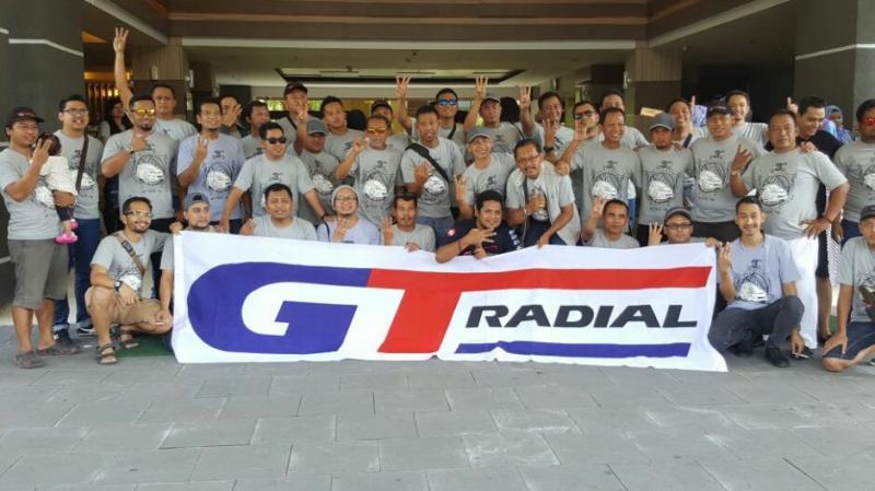 Peserta berfotoria dengan bentangkan spanduk salah satu sponsor GT Radial, ban nasional kebanggaan Indonesia. (foto : ist)