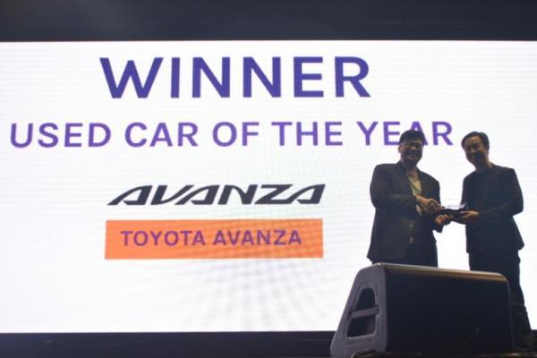 Toyota Avanza meraih penghargaan di OLX Otojurnal dan diterima langsung oleh Arvin Luthfi, perwakilan tim PR Toyota Astra Motor
