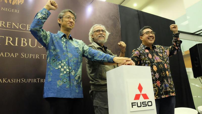 Iwan Fals bersama manajemen dari Mitsubishi FUSO. (Foto : FUSO)