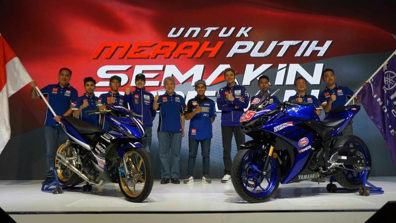 Skuad balap tim Yamaha Indonesia 2018 bersama Rossi, Vinales dan manajemen YIMM. (Foto : ist)