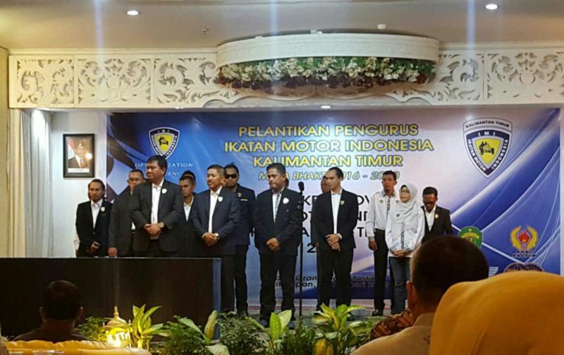 H Redy Asmara bersama pengurus IMI Kaltim usai dilantik Sadikin Aksa. (Foto : Jamil)