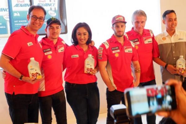 Jorge Lorenzo dan Andrea Dovizioso bersama jajaran manajemen PT Shell Lubricants Indonesia (Foto: adri)