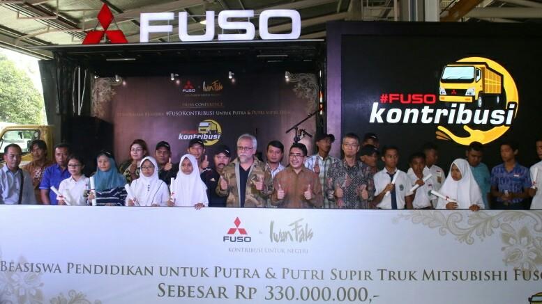 Iwan Fals dan manajemen Mitsubishi FUSO bersama anak sopir truk penerima beasiswa. (Foto : KTB)