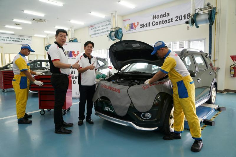 Jonfis Fandy tengah meninjau ajang kontes teknisi yang digelar PT Honda Prospect Motor. (foto : ist)