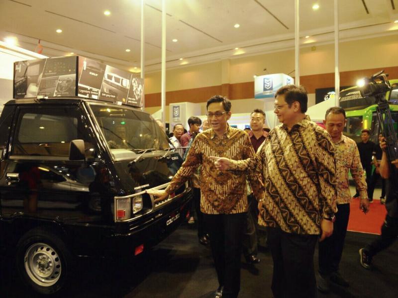 Irwan Kuncoro (direktur marketing dan sales PT MMKSI bersama Menperin  Ir. Airlangga Hartarto di GIICOMVEC 2018.(foto : mitsubishi)