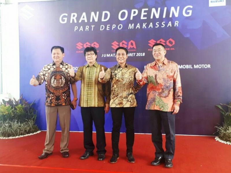 Manajemen PT Suzuki Indomobil Sales saat pembukaan depo suku cadang di Makassar. (foto : ist)