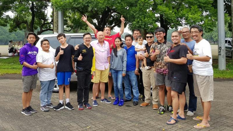 H. Tinton Soeprapto bersama para peslalom yang berlatih di area parkir Sirkuit Sentul. (foto : budsan)