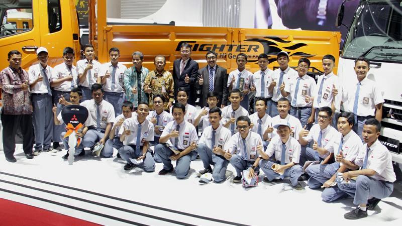Manajemen PT KTB bersama perwakilan SMK di Jakarta. (foto : KTB)
