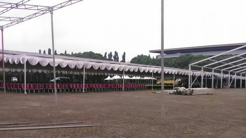 Persiapan untuk acara Presiden Jokowi di halaman parkir Sirkuit Sentul Bogor. (foto : ist)