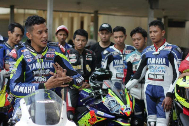 Rey Ratukore (kiri), pembalap senior Yamaha saat memberikan coaching clinic. (foto : Yamaha)