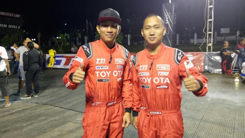 Adrianza Yunial (Kanan) dan Demas Agil, kuasai kelas F untuk TTI TRD di seri pembuka Bandung. (foto : budsan)