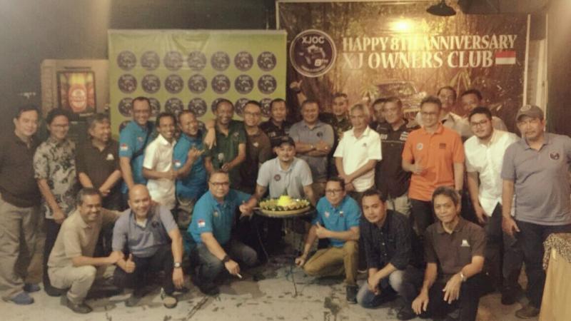 Komunitas jeep XJ Owners Club bersiap melakukan potong tumpeng ulang tahun. (foto : adri oktobianto)
