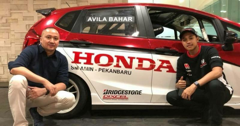 Avila didampingi Alvin Bahar bersama Honda Jazz yang akan digebernya di ISSOM 2018. (foto : ist)