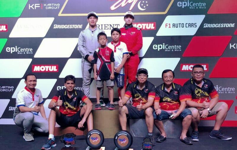 Skuad pembalap P-Five, orang tua dan trofi yang baru diraihnya. (foto : pfive)