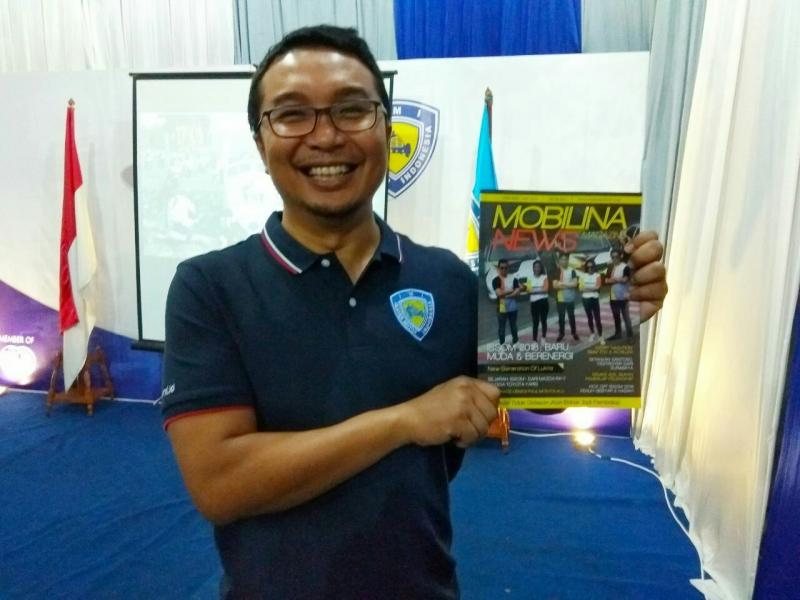 Sadikin Aksa pamerkan Mobilinanews Magazine edisi khusus ISSOM 2018. (foto : Anto)