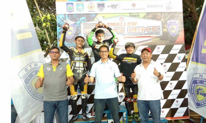 Para juara Kejurnas Drag Bike bersama Ketum IMI NTB, Nurhaedin. (foto : IMI)