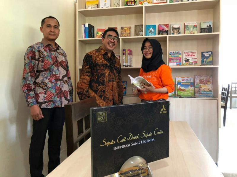 Duldjatmono (tengah) bersama Ibu Rini, pemilik Rumah Lensa Semarang. (foto : ist)