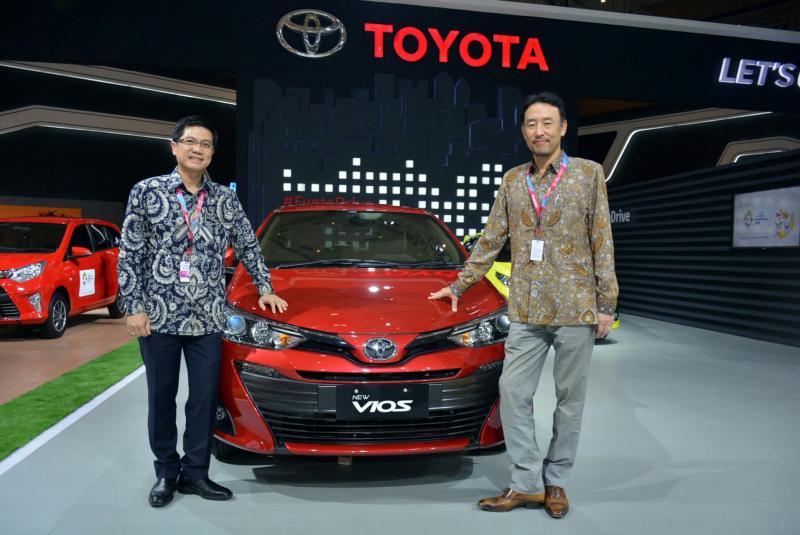 Yoshihiro Nakata (kanan) dan Henry Tanoto, dua petinggi Toyota dengan salah satu produk andalannya di IIMS 2018. (foto : ist)
