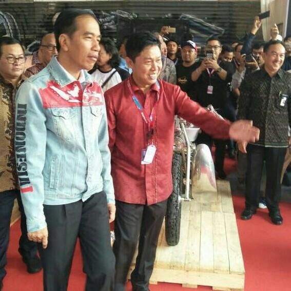 Menempel Presiden Jokowi hampir 2 jam, Kohen harus memakai kalung khusus dari Sekretariat Negara. (foto : tony permadi)
