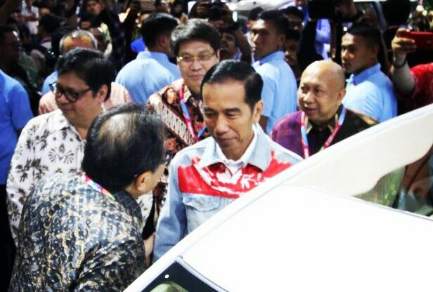 Soebronto tengah asyik ngobrol dengan Presiden Jokowi, Rio Sarwono di belakangnya. (foto : Oka Aditya)