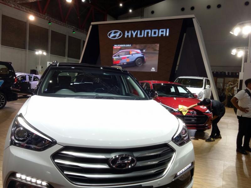 Duet SUV Hyundai Santa Fe dan Tucson Special Edition jadi bintang utama di booth Hyundai di IIMS 2018 (foto: budsan)