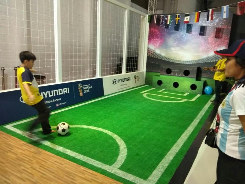 Permainan tendang bola jadi satu gimmick menarik di Booth Hyundai selama IIMS 2018 (foto: Anto)