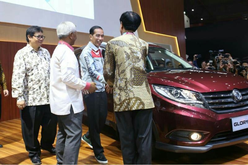 Momen penting ketika Presiden Jokowi dan Menperin Airlangga Hartarto mengunjungi booth PT. Sokonindo di IIMS 2018. (foto : ist)