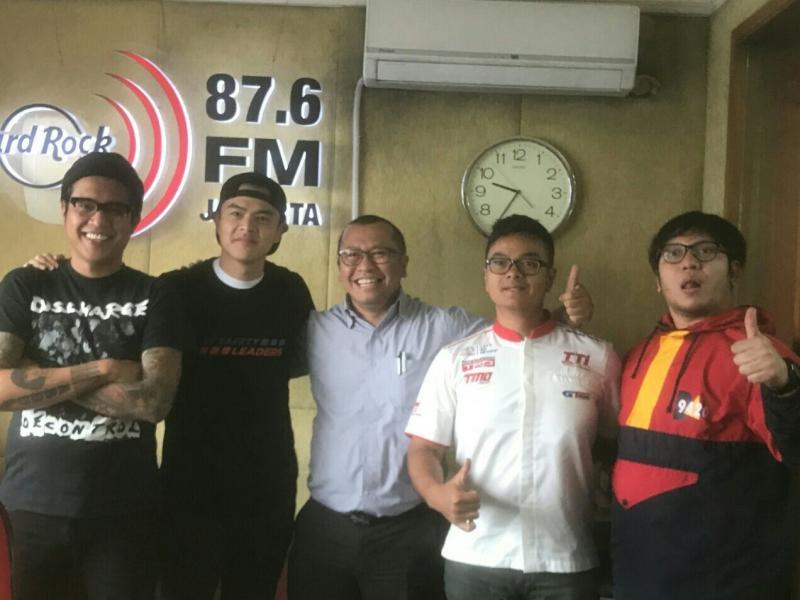 Rouli Sijabat (ketiga dari kiri) dan Anjasara Wahyu (nomor 4) peslalom Toyota Team Indonesia. (foto : ist)