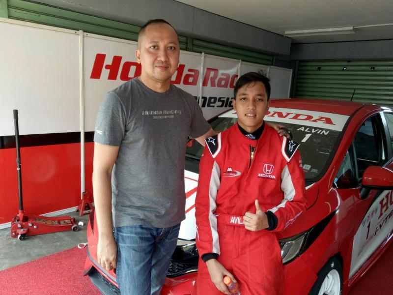 Avila Bahar (kanan) bersama sang ayah Alvin Bahar (foto : budsan)