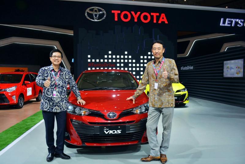 Dua bos besar PT Toyota Astra Motor dengan All New Vios di booth IIMS 2018. (foto : budsan)