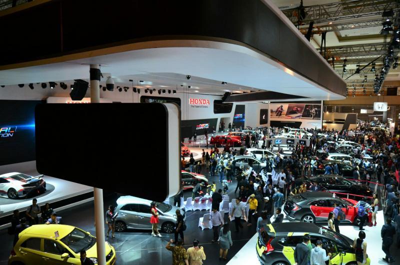 Booth Honda dengan desain sporty dan memajang line up belasan produk andalannya. (foto : HPM)