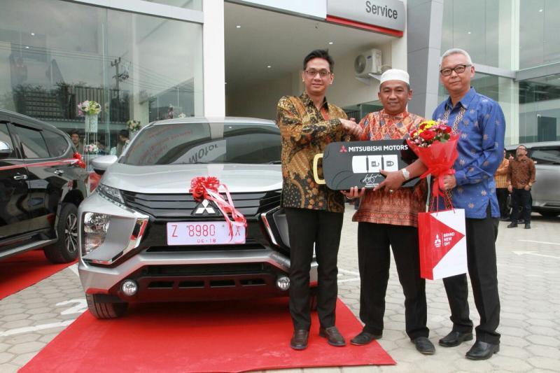 Irwan Kuncoro (kiri), di sela acara peresmian dealer Mitsubishi di Rancaekek. (foto : MMKSI)