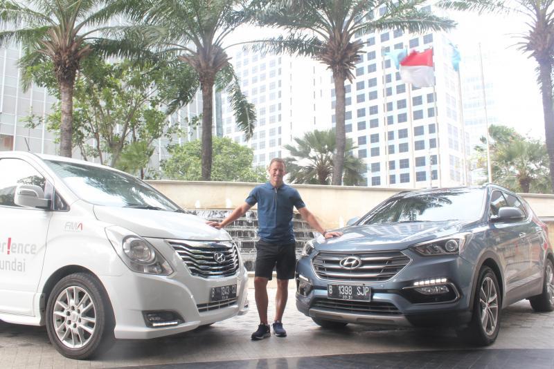 Teddy Sheringham di antara Hyundai H-1 dan Hyundai Santa Fe, yang membuatnya nyaman selama di Jakarta. (foto : HMI)
