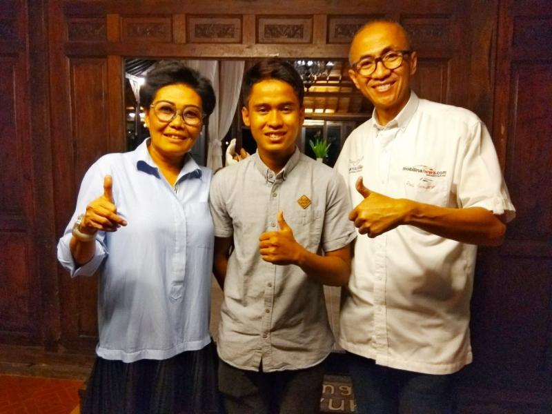Galang Hendra (tengah) dapat restu Manajemen Sirkuit Sentul, diwakili Lola Moenek (kiri) dan Dani Sarwono (kanan). (foto: anto)