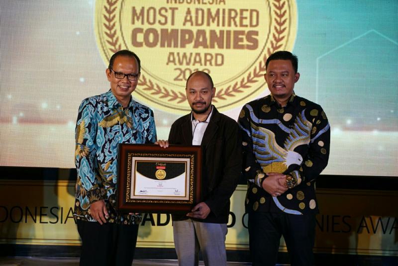 Yulian Karfili (tengah) dari Honda Prospect Motor menerima Most Admired Companies Award 2018. (foto : HPM)
