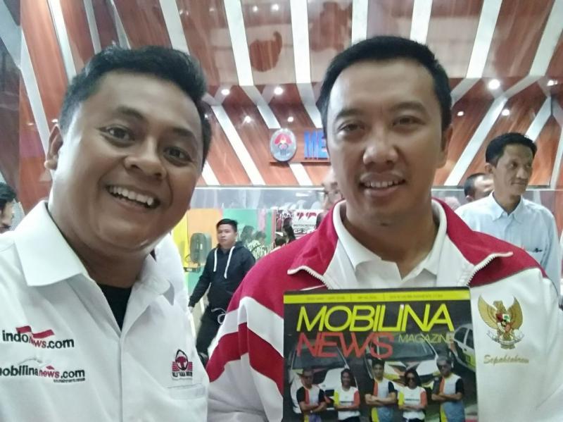 Menpora Imam Nahrawi bersama Eko Putranto, Editor Mobilinanews.com (kiri). (foto: anto)