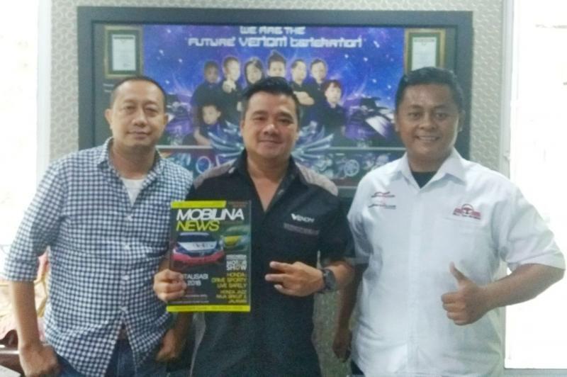 Irwan Kusuma (tengah) bersama Redaksi Mobilinanews.com ingin majukan industri aksesoris mobil di Indonesia (foto: ist)