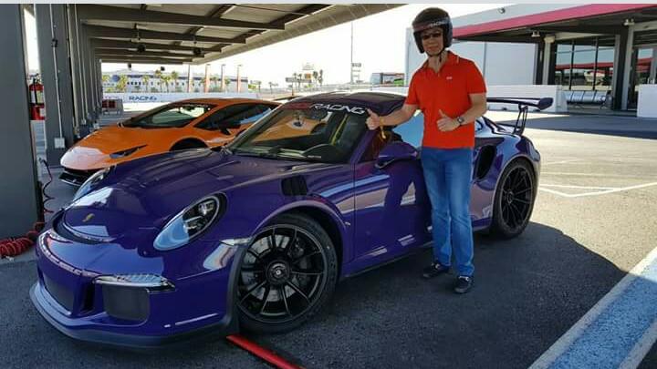 Setiawan Santoso bersiap melakukan Michelin Time Trial Challenge dengan mobil Porsche. (foto : ist)