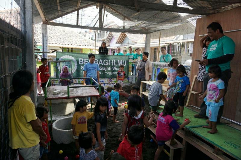 Aki Massiv Amal resmikan taman bermain di sebuah sekolah di Jawa Tengah. (foto : ist)