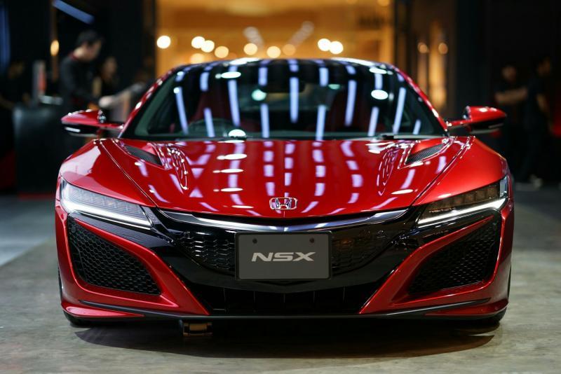 Di bagian roda, Honda NSX dilengkapi rem berbahan keramik karbon serta suspensi aluminum untuk performa yang maksimal.