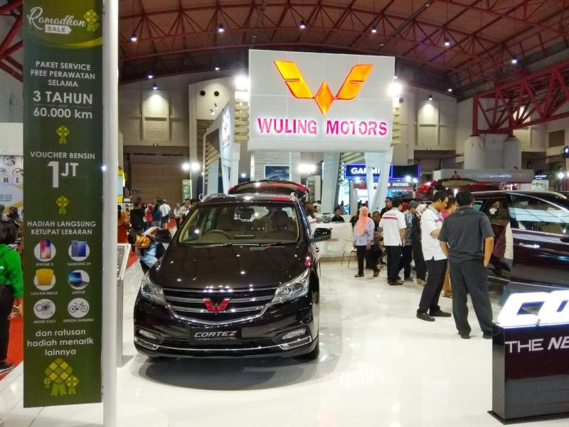 Wuling konsisten di Jakarta Fair dan berikan banyak promo serta garansi. (foto: anto)