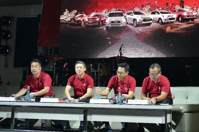 Irwan Kuncoro (kedua dari kanan) berharap market Mitsubishi Xpander sustain. (foto: anto)