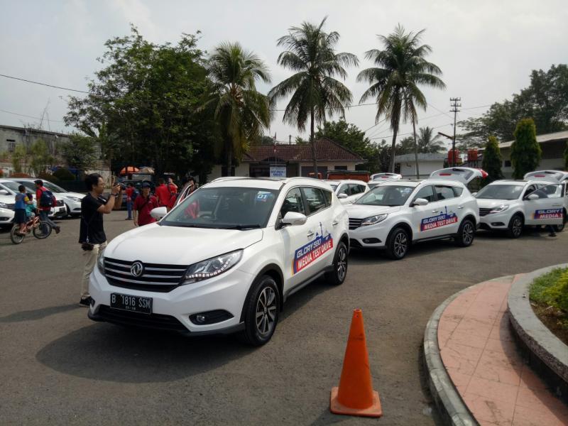 17 unit SUV DFSK Glory 580 dari dua tipe dikerahkan untuk media test ke Bandung. (foto : budsan)