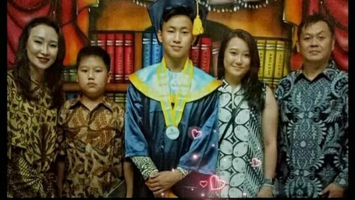 Keanon Santoso pada wisuda di SMA Global Sevilla Pulomas didampingi keluarganya. (foto : ist)