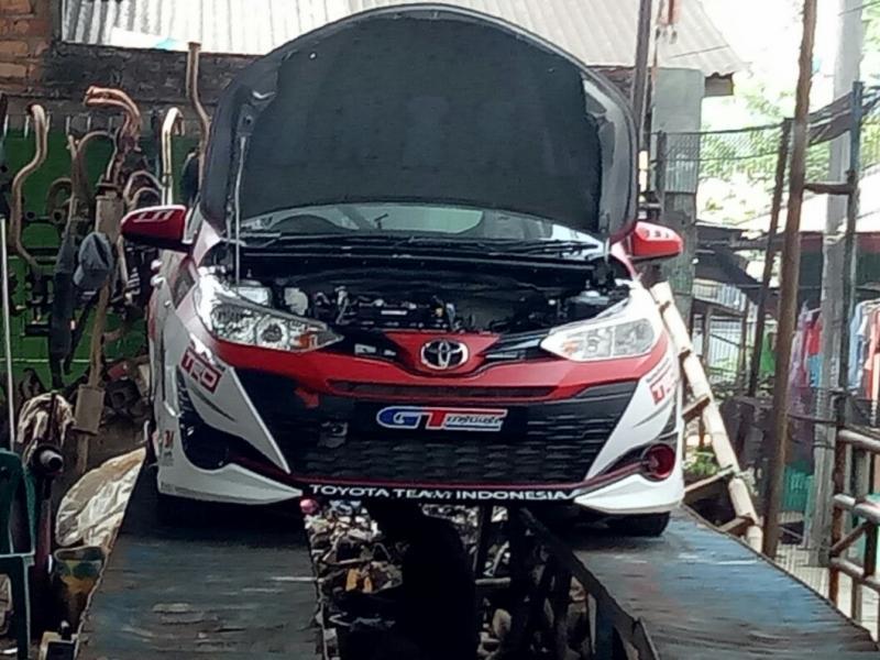 Mobil ToyotaTeam Indonesia untuk balap ISSOM lagi bengkel knalpot. (foto : budsan)