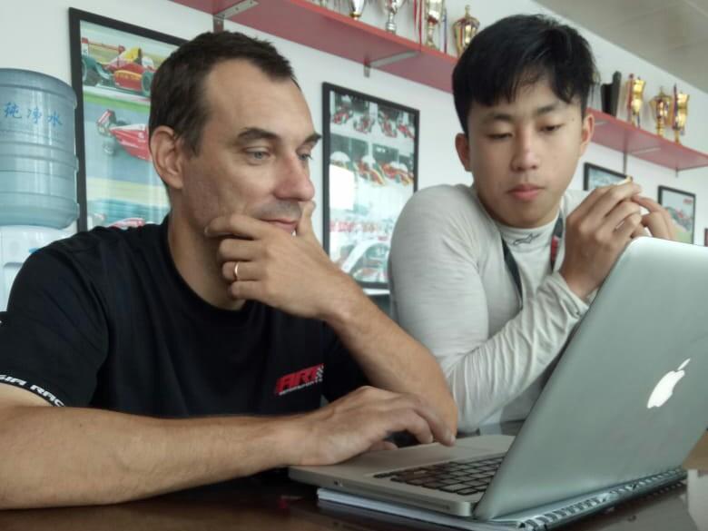 Keanon Santoso berdiskusi dengan Yannick, enginer tim ART Motorsport. (foto : tkm)