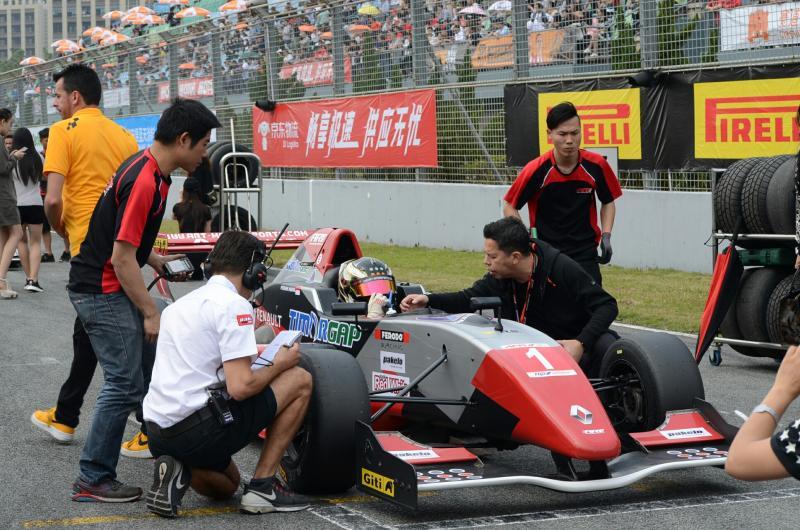Glenn Iriawan memberi support Perdana Putra Minang sebelum start. (foto : ist)